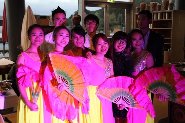 Tiết mục múa quạt do chị Phương Thúy cựu sinh viên trường ĐH Văn hóa Hà nội, biên đạo cùng các bạn du học sinh mở màn được nhiều tràng vỗ tay của khán giả