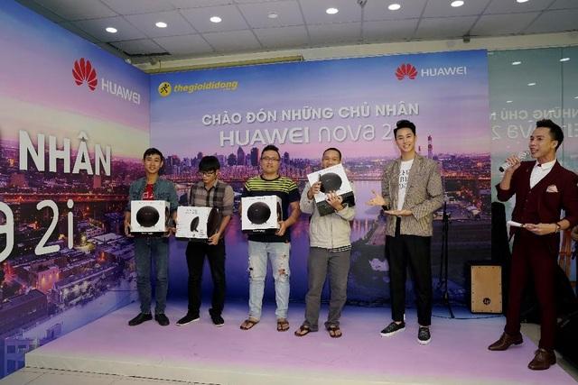 Ngày giao Huawei nova 2i: Người mua hào hứng khi cầm máy trên tay - 4