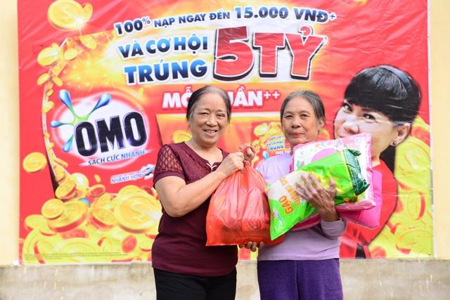 Bà Lý Thị Liên hạnh phúc khi được san sẻ niềm vui với bà con ở xã Thiệu Thành.