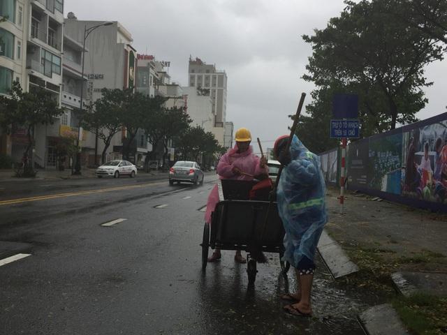 Mặc dù thời tiết xấu, công nhân vẫn ra đường dọn dẹp vệ sinh, chỉnh trang đô thị phục vụ APEC từ 4 - 5h sáng