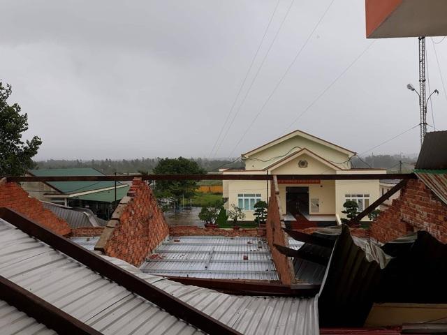 Nhiều mái nhà bị tốc mái