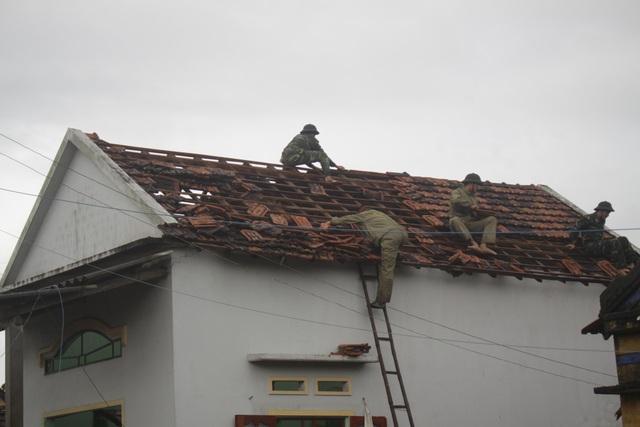 Lực lượng bộ đội Biên phòng hỗ trợ người dân lợp lại mái nhà