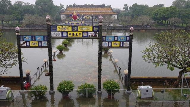 Hoàng Thành Huế trong biển nước