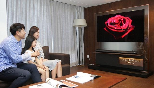 Lựa chọn TV thông minh giúp cả gia đình có kho phim phong phú để giải trí và nhiều ứng dụng tiện ích để dạy con vừa học, vừa chơi