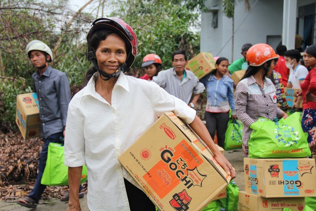 Niềm vui của bà con Suối Cát, Cam Lâm khi nhận những phần quà từ LOTTE Mart