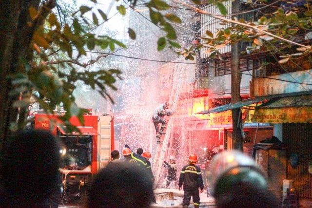 Lực lượng PCCC dùng bọt chữa cháy để dập lửa.