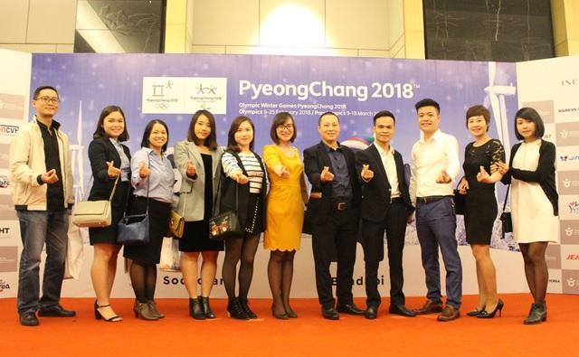 Tập thể Vietrantour chụp ảnh lưu niệm tại Lễ trao giải Du lịch Hàn Quốc 2017