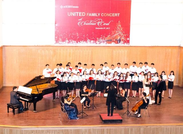 Các nghệ sĩ Hàn Quốc và Việt Nam trong phần trình diễn nhạc thính phòng United Family Concert with Christmas Carol.
