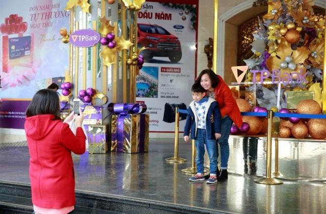 Không khí Giáng sinh đã ngập tràn ở các trung tâm thương mại Hà Nội - 4