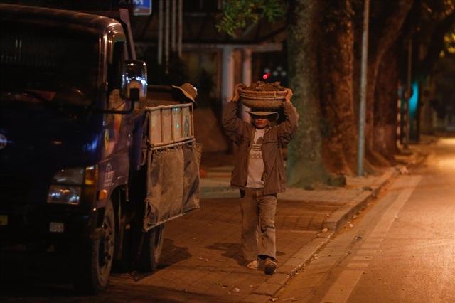 Một công nhân đến từ Thanh Hoá làm nghề đội đất thuê trên phố Chu Văn An. Công việc của anh diễn ra từ 10h tối hôm trước đến 5h sáng hôm sau.