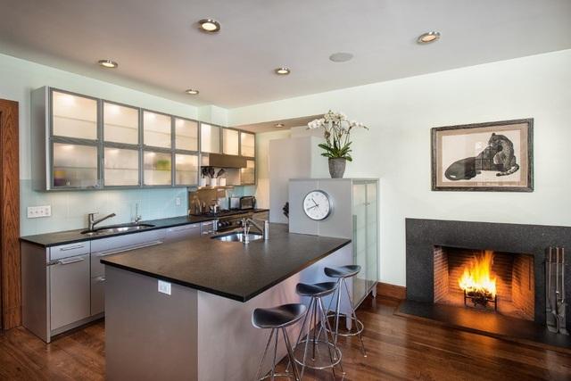Trong 2 gian phòng khách đều có khu vực bếp riêng, lò sưởi riêng tuy nhiên diện tích của nó hơi nhỏ