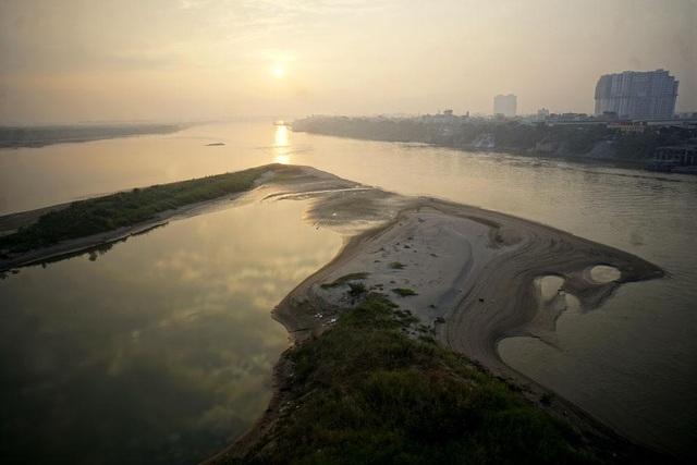 Mặt trời mọc trên sông Hồng nhìn từ trên cầu Vĩnh Tuy.