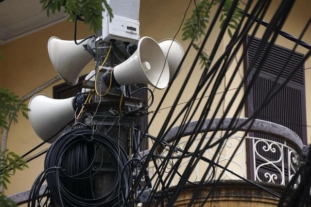 Hệ thống 4 loa treo trên cột điện sát cửa nhà dân tại khu Thành Công (Ba Đình).Theo ông Nguyễn Đức Chung, trong thời kỳ bao cấp, loa truyền thanh rất có tác dụng, nhưng trong thời đại hiện nay công nghệ thông tin đã chuyển sang công nghệ số.