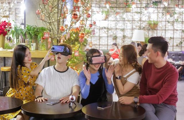 Sử dụng bộ đôi máy ảnh Gear 360 và kính thực tế ảo Gear VR làm cầu nối liên kết với gia đình là cách giúp Trần Ngọc Huyền Trân (đầu tiên từ trái sang) vượt qua Tết xa nhà năm nay.