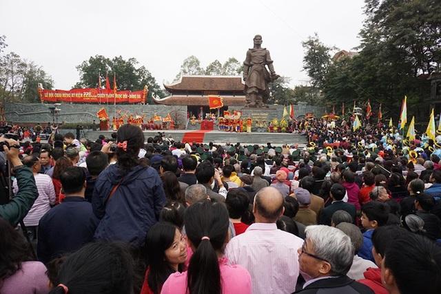 Rất đông du khách đến dự Lễ Kỷ niệm 228 năm chiến thắng Ngọc Hồi - Đống Đa trong sáng nay.