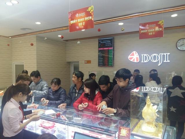 Chen chân mua Gà trống vàng cầu may từ sáng sớm - 5