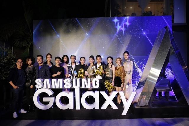 Sự kiện ra mắt Galaxy A 2017 của Samsung thu hút sự quan tâm của rất nhiều sao Việt trong các lĩnh vực khác nhau. Tạm gác lại lịch trình bận rộn, những cái tên như Chà Mi, Trần Hiền, Hạnh Sino, Lâm Vinh Hải, Thiên Minh, Min, Tùng Leo... đã cùng tụ họp để có cơ hội tận tay trải nghiệm siêu phẩm công nghệ đình đám này.