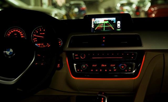 Vào ban đêm, hệ thống đèn nội thất giúp hành khách và người lái dễ chịu hơn. Chi tiết này như một sự nhấn mạnh đẳng cấp vượt trội của các dòng xe cao cấp.