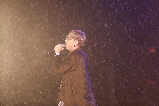 """Mưa mỗi lúc càng nặng hạt, Hạnh Sino và Lou Hoàng thay phiên nhau đứng dưới mưa hát cho khán giả. Hạnh Sino trình bày ca khúc sôi động """"Nóng"""" trong khi Lou Hoàng thì nhẹ nhàng với hit """"Yêu một người có lẽ""""."""