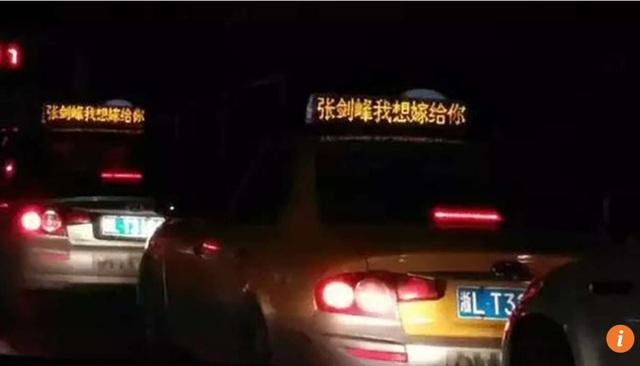 Những chiếc taxi hiển thị lời cầu hôn bạn trai của nữ đại gia Trung Quốc