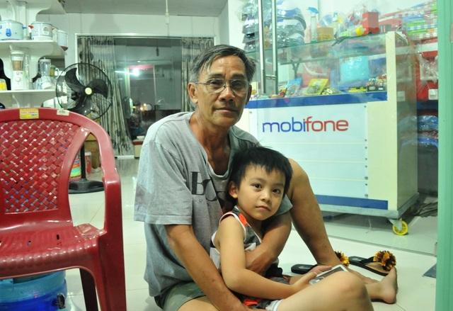 Ông Nguyễn Văn Năm - Nhà đối diện với Công ty may Kwong Lung Meko cho biết, mấy đêm liền ông gửi mấy đứa cháu đến nhà người quen ở Bình Thủy ngủ, vì sợ ban đêm lửa bùng phát, trở tay không kịp