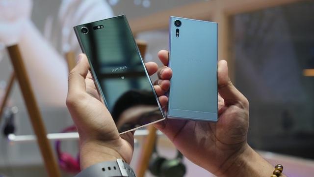 Được đánh giá là chiếc điện thoại tốt nhất của Sony tính đến thời điểm hiện tại, Sony Xperia XZs là mẫu smartphone đầu tiên trên thế giới được Sony đầu tư tính năng quay Slow Motion với 960 khung hình/giây. Camera trước được trang bị công nghệ tiên tiến nhất - Camera Motion Eye 19MP, camera trước 13MP, ống kính rộng 22mm F2.0 cho bạn thỏa thích selfie mọi lúc mọi nơi. Camera chính có thể chụp được những chuyển động mà mắt thường không nhìn thấy được với độ chính xác và chi tiết đến kinh ngạc. Lần đầu tiên trên thế giới, chỉ trong một chiếc điện thoại thông minh, bạn có thể ghi lại những khoảnh khắc kỳ diệu chỉ xảy ra trong nháy mắt, Camera Motion Eye giúp bạn quay được video chuyển động cực kỳ chậm. Ngoài ra, với công nghệ chụp dự đoán, thiết bị cho phép bạn lưu lại những khoảnh khắc trước thời điểm bạn nhấn nút camera. Theo đó, dù trong điều kiện khó khăn, Sony Xperia XZs cũng cho bạn những bức ảnh rõ nét và chi tiết, ngay cả khi chụp ảnh vào ban đêm. Ngoài ra, tính năng Steadyshot với chế độ chuyển động thông minh, mang lại video hoàn toàn không bị rung.