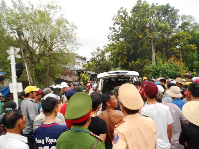 Đông đảo người dân bàng hoàng trước vụ tai nạn thảm khốc