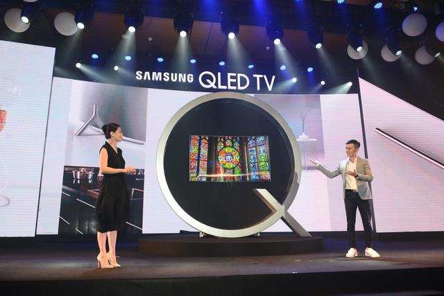 """Trong phần đánh giá của mình về thiết kế của TV QLED, nhà thiết kế, hoạ sỹ Thủy Nguyễn, chủ thương hiệu Thủy Design House cho biết: """"Thiết kế không viền của QLED TV mang lại sự hoà quyện với đồ nội thất cao cấp trong nhà."""""""