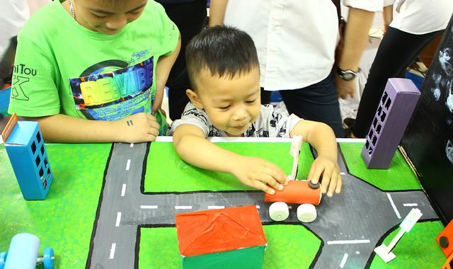 Các bạn nhỏ đặc biệt thích thú với sự trải nghiệm khoa học tại STEM.