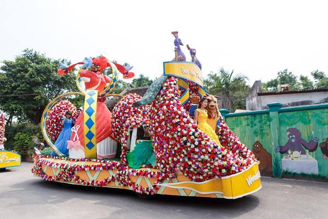 Người đẹp và quái vật - 2 nhân vật lần đầu xuất hiện cùng xe diễu hành Khu vườn công chúa không thể ấn tượng hơn.