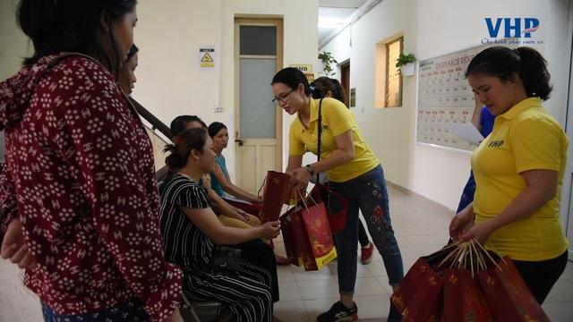 Ngoài ra, với các bé đang nằm hồi sức cấp cứu không thể trực tiếp nhận quà, chương trình đã gửi tặng thông qua bố mẹ các em