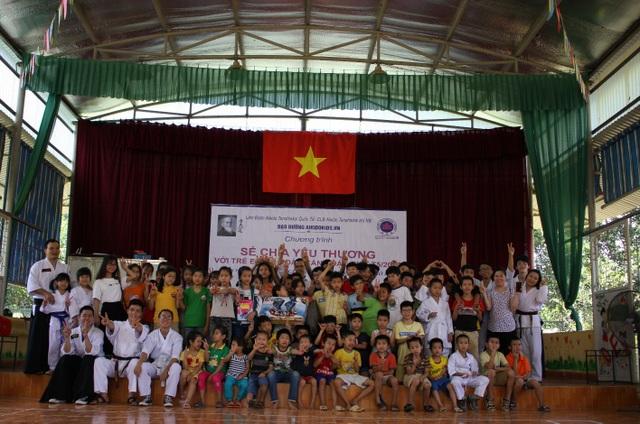 Thầy trò đạo đường Aikidokids.vn tặng quà 1/6 cho trẻ em mồ côi bị nhiễm HIV