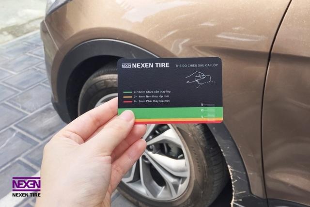Một chiếc thẻ kiểm tra độ mòn của lốp gọn nhẹ nhưng khá hữu ích.