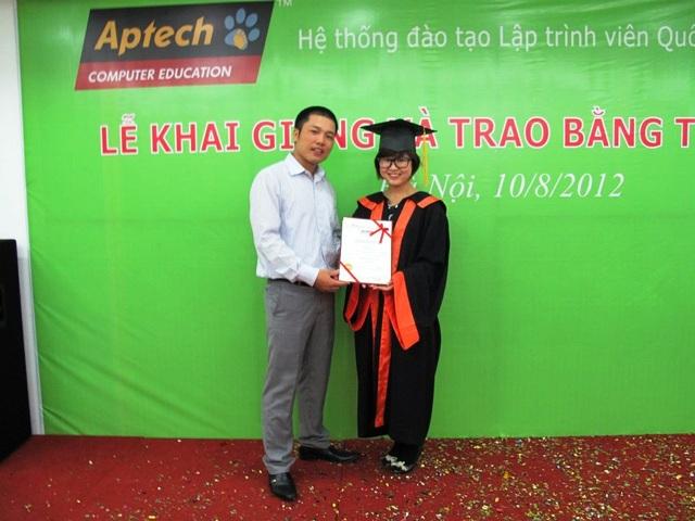 Ngô Thu Huyền chụp ảnh lưu niệm tại lễ tốt nghiệp Aptech Việt Nam vào năm 2012.