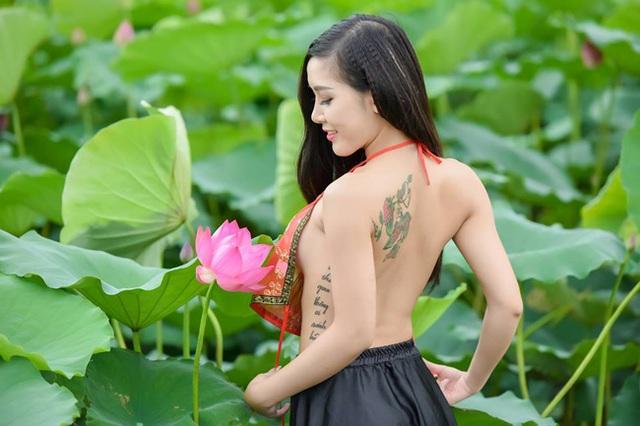Cô gái táo bạo, sẵn sàng cởi yếm khoe lưng trần (ảnh: Lê Xuân Bách).