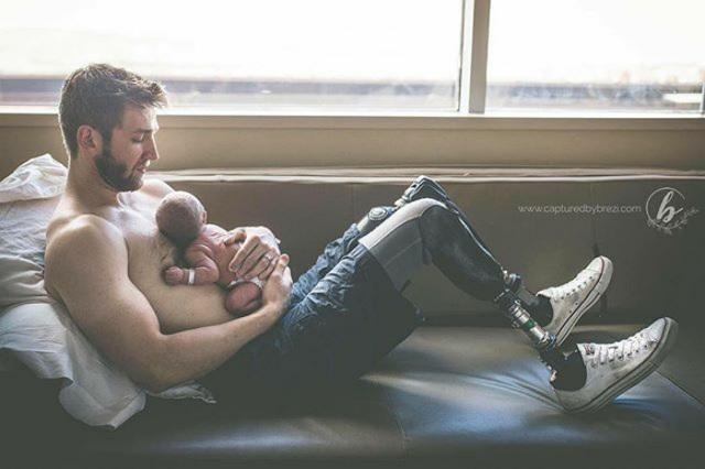 Dù khiếm khuyết đôi chân, cha vẫn là người cha tuyệt vời