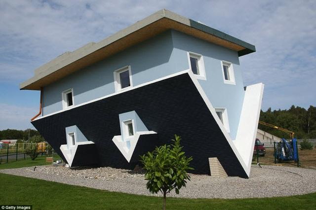 Ngôi nhà độc đáo này được hoàn thành năm 2008 trên hòn đảo Usedom, Đức. Không chỉ thiết kế ngôi nhà bị đảo ngược, mọi đồ đạc bên trong cũng được đặt ở tình trạng lộn ngược.