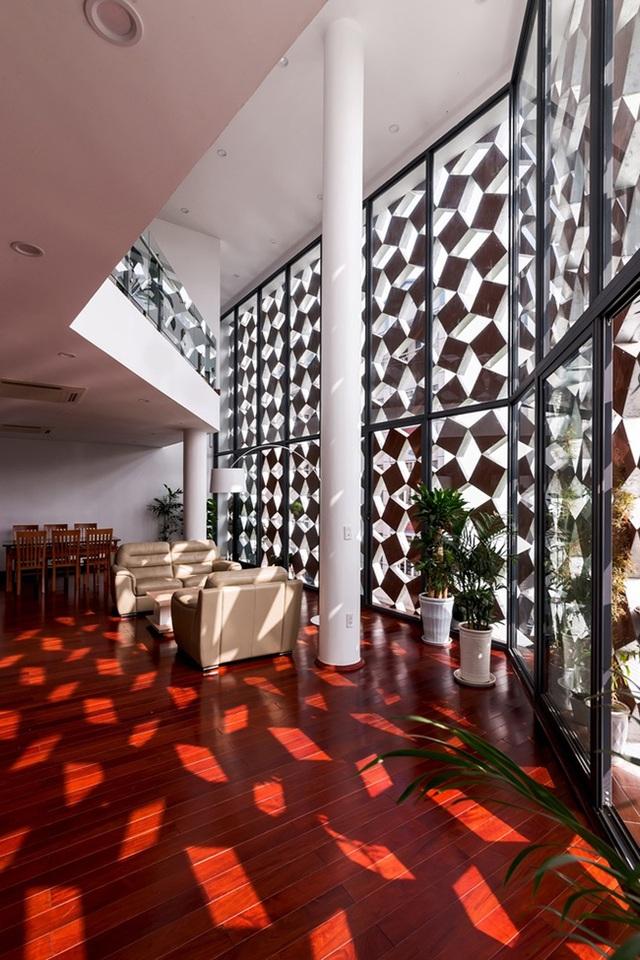 Đáp ứng điều này, kiến trúc sư đã đưa ra giải pháp sử dụng kính trong suốt làm tường mặt trong, bên ngoài là những khối vuông bằng gốm, xếp thành hình mắt cáo bao bọc lấy ngôi nhà.