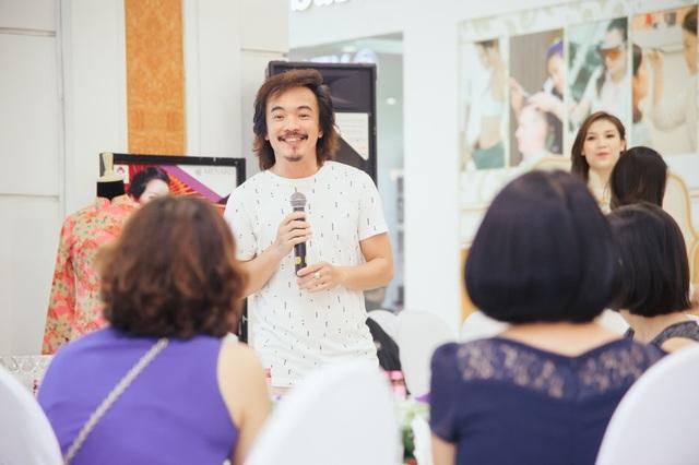 Nghệ nhân áo dài Vương Đình Hải thích thú trước những câu hỏi về cách mặc áo dài