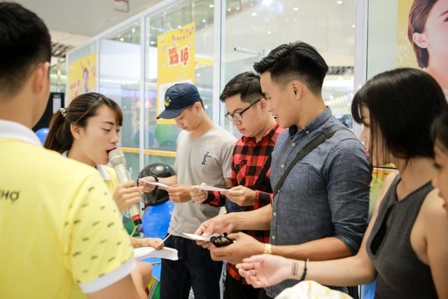 Hàng trăm người đã có mặt để trải nghiệm việc mua xe trực tuyến tiện lợi