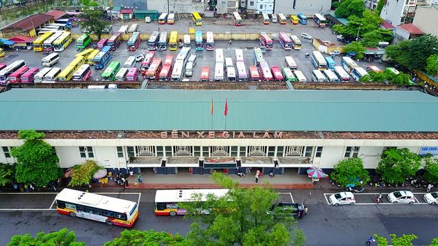 Bến xe liên tỉnh Gia Lâm có quy mô 1,45 ha, do nằm sâu phía trong đường vành đai 3 nên dự kiến đến năm 2020 sẽ được chuyển thành bãi đỗ xe, điểm đầu cuối xe buýt và phục vụ vận tải hành khách nội đô.
