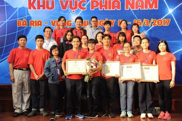 Hình ảnh Hoàng Ngân cùng các thầy cô hướng dẫn 5 đội Lê Hồng Phong tại Cuộc thi Khoa học kỹ thuật cấp quốc gia 2016.