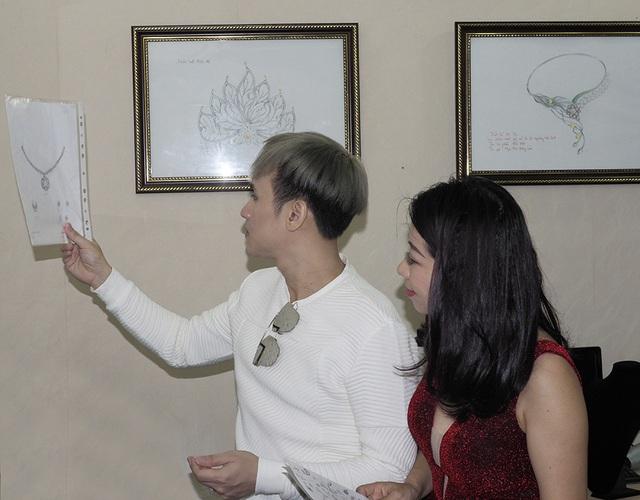 Nguyên Vũ khá tâm đắc với một bản vẽ tác phẩm trang sức có điểm nhấn là ngọc trai Trống Đồng.
