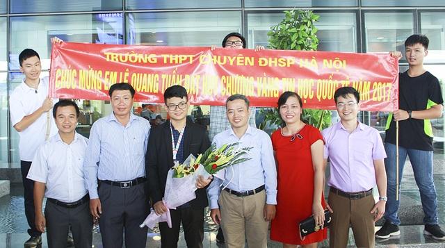 Quang Tuấn vui vẻ bên gia đình và bạn bè sau khi tham gia Olympic Tin học Quốc tế 2017 tại nước Cộng hòa Hồi giáo Iran và giành huy chương vàng.