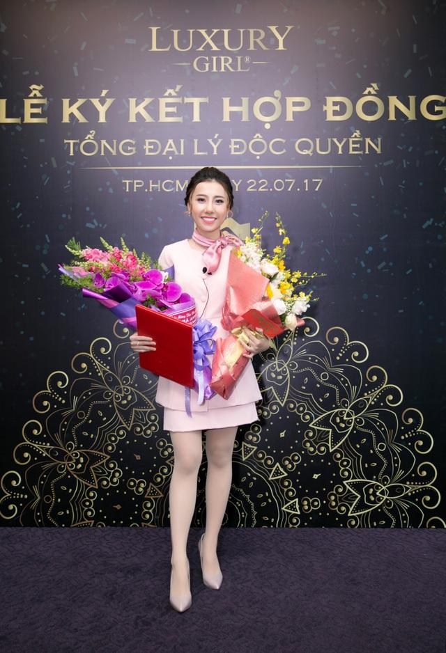 Hà Anvi xinh đẹp nhận hoa và giấy bổ nhiệm PGĐ của thương hiệu mỹ phẩm Luxury Girl