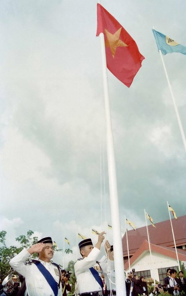 Lễ kết nạp Việt Nam là thành viên chính thức thứ 7 của Hiệp hội các Quốc gia Đông Nam Á (ASEAN), diễn ra vào chiều 28/7/1995, tại Thủ đô Bandar Seri Begawan (Brunei). (Ảnh: Trần Sơn/TTXVN)