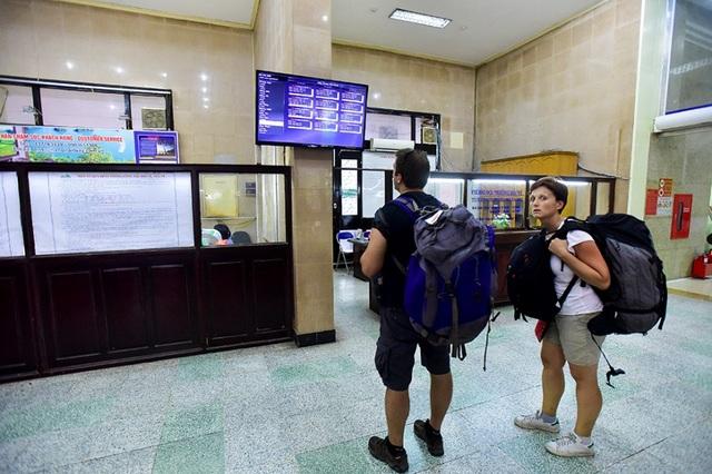 Không chỉ phục vụ khách trong nước, ga Hà Nội còn phục vụ khá đông khách nước ngoài. Tàu hoả vẫn là lựa chọn thường xuyên của nhiều khách du lịch quốc tế khi đến Việt Nam.