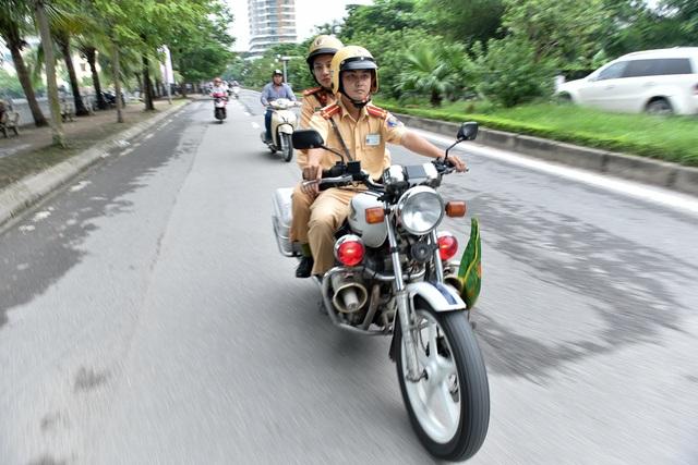 Đúng 6h20, Thượng uý Hà cùng đồng đội ra khỏi trụ sở để đến điểm nút giao thông, kịp làm nhiệm vụ điều tiết giờ cao điểm buổi sáng.