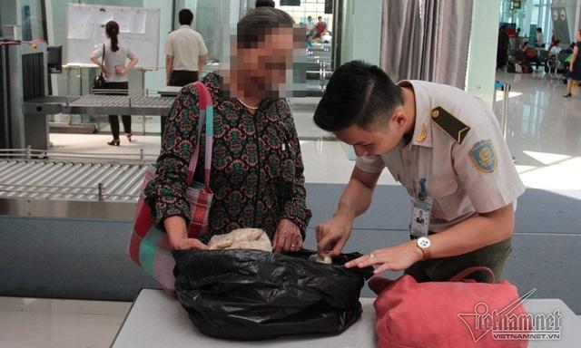 Kiểm tra bọc túi đen phát hiện nhiều tép tươi và một số sản vật ở quê mang vào miền Nam được gói sơ sài. Nhân viên an ninh yêu cầu ra ngoài bọc lại thật kỹ để tránh bốc mùi trên máy bay.