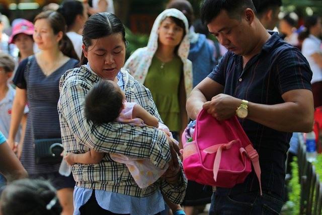 Dù trời nắng nhưng nhiều gia đình vẫn cho trẻ em đi chơi ngày lễ
